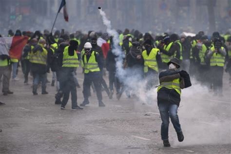 Interior ministry: French police arrest 1,700 Yellow